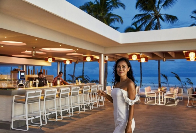 RIU Palace Maldivas - bar pri bazéne