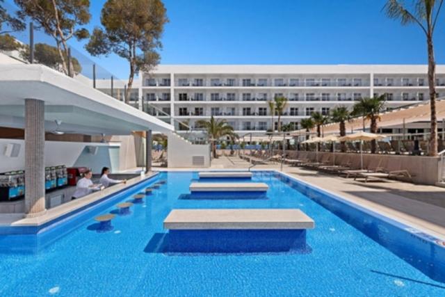 RIU Playa Park - swim-up bar